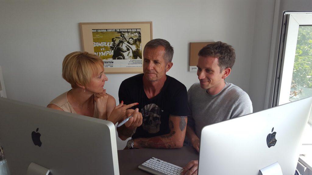 Andrea, Gerhard und Christian (v.l.) sichten und besprechen die Layout-Entwürfe