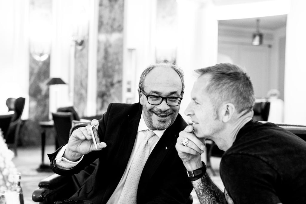 Gerhard und Andreas im Gespräch. Das Interview war gleichzeitig ein Wiedersehen alter Jugendfreunde, die sich 17 Jahre nicht gesehen hatten. (Fotograf: Johannes Simon Zettel, www.zettel.tv)
