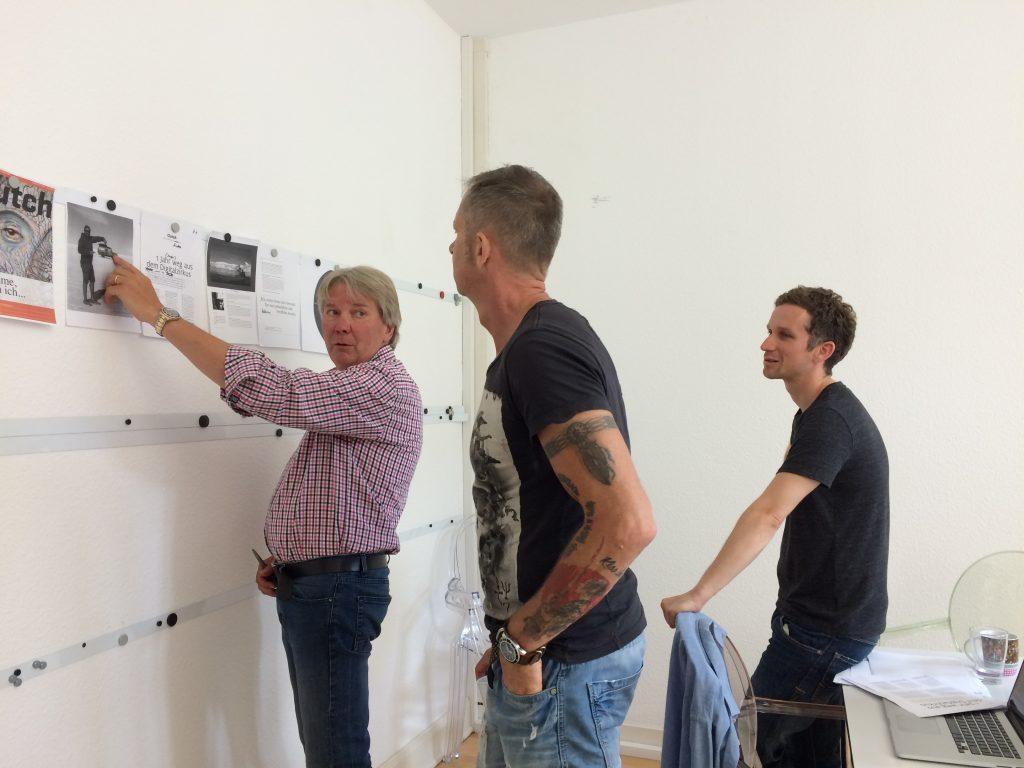 Egon (v.l.), Gerhard und Christian besprechen die erste Entwürfe