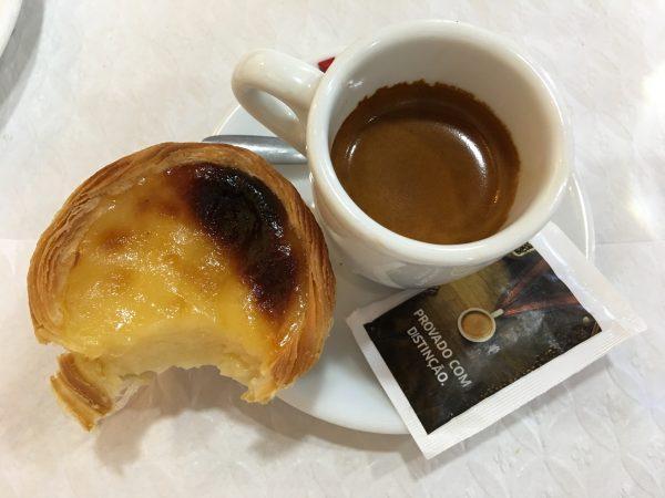 Frühstück in Portugal: Kaffee und Pastéis de Nata