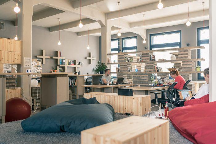 Auf den ersten Blick sieht das Paper Hub in Prag vollkommen normal aus. Schaut man genauer hin, fällt auf, dass die Möbel aus Pappe bestehen. Sie werden in einem Honigwabenmuster angeordnet und mehr Gewicht aus. Übrigens: Das Paper Hub ist das erste Bitcoin-only Coworking Space! Fünf Stunden kosten monatlich 300 Tschechische Kronen in Bitcoin, unbegrenzter Zugang kostet monatlich 3.000 Tschechische Kronen in Bitcoin. (Foto: Pavel Sinagl)