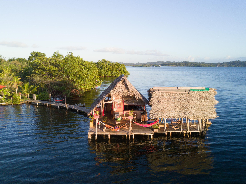 Wer träumt sich nicht ab und zu mal bei der Arbeit auf eine tropische Insel? Auf der Isla San Christóbal liegt das Cocovivo. Hier lässt es sich im Dschungel direkt am intensiv blauen Wasser einer Lagune arbeiten und die Aussicht genießen. Zur Abwechslung gibt es die Möglichkeit des Standup-Paddelns oder Entspannung in einer Unterwasser-Hängematte. Aber Achtung: Die Eigentümer warnen, dass die Wildnis nicht weit weg ist. Preise fangen bei 75 US-Dollar pro Nacht an und sind abhängig vom gebuchten Zimmer. (Foto: Cocovivo)