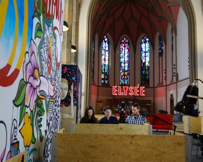 """Bereits 2016 wurde die St. Elisabeth Kirche in Aachen für ein Pop-up-Hotel und verschiedene Events genutzt. Nun soll sie der erste Coworking Space in einem Kirchenschiff sein. Dahinter steckt die Initiative """"digitalHub"""", die die Region für die Digitalisierung fit machen soll. Zurzeit ist eine spontane Nutzung nur für Mitglieder der Partner-HUBs des DWNRW möglich. Startups zahlen pro Person 50 Euro im Monat. (Foto: digitalHUB Aachen)"""