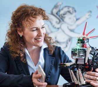 Dagmar Schuller, CEO von audEERING, mit Roboter audEER (Credit: Arlet Ulfers)