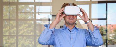 Fabian Friedrichs, Geschäftsführer von Dashöfer, mit VR-Brille
